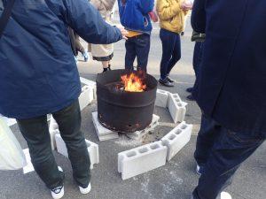 寒川神社 参集殿 初詣 暖を取る