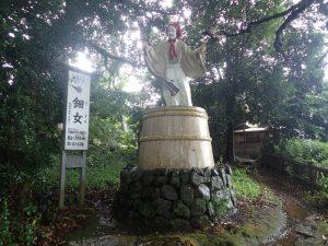 天岩戸神社:東本宮、参道に鈿女(うずめ)