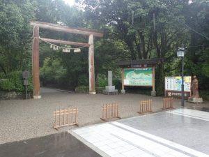 天岩戸神社西本宮:鳥居と天照大神の像