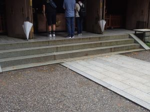 天岩戸神社西本宮:拝殿と車椅子、ベビーカー、杖