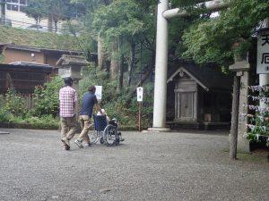 天岩戸神社西本宮:社務所前、車椅子移動