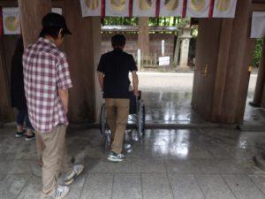 天岩戸神社西本宮:神門と車椅子