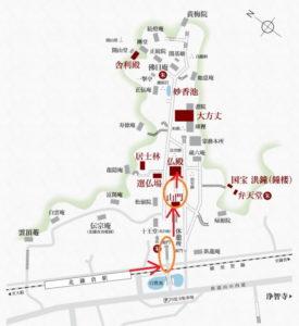 円覚寺:仏殿とモミジ