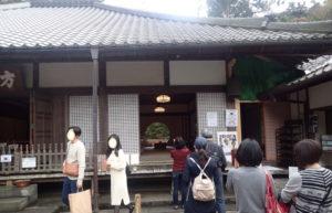 明月院:本堂横にある丸窓