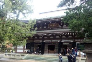 円覚寺:仏殿とビャクシンと紅葉