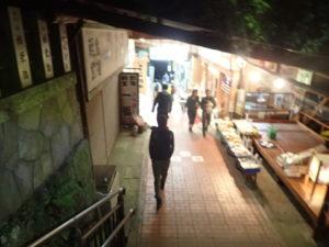 大山寺と紅葉:こま参道の日没後