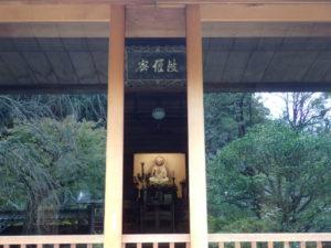 東慶寺の本堂から紅葉(窓ガラス)