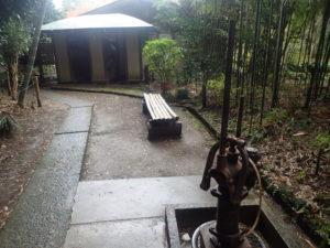 浄智寺:手押し式井戸ポンプと紅葉